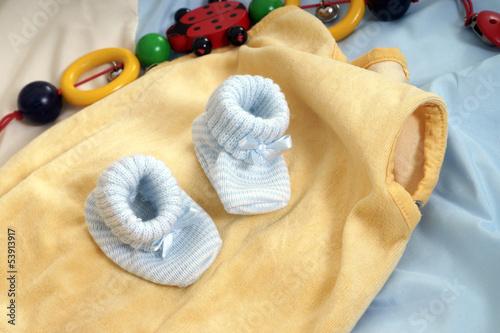 Babyschuhe und Strampler