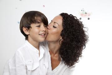 Madre besando a su hijo 3