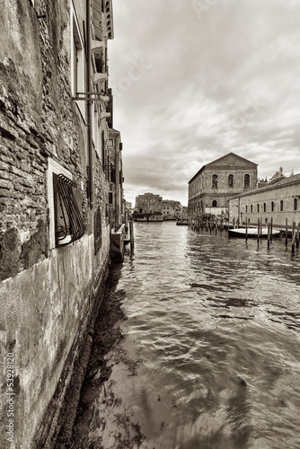 Wide angle shot of streets and canals in Venice - 53928120
