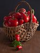 Gemüsekorb mit Paprika und Tomaten