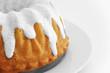 Kuchen mit Zuckerguss auf weissem Teller