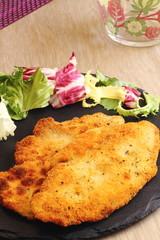 Pollo empanado con ensalada