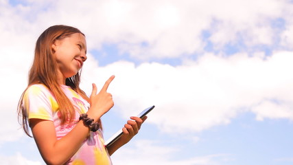 девочка, подросток играет, работает с планшетом, iPad
