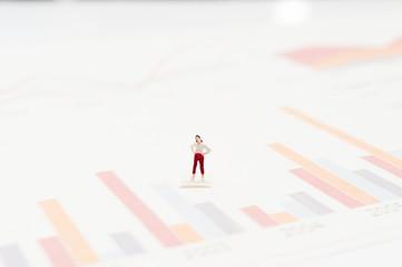 収益グラフと女性