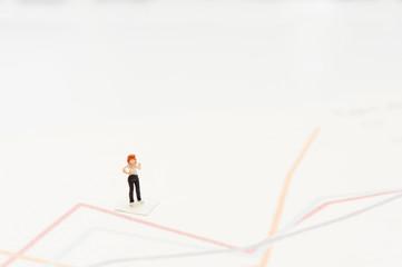 女性と折れ線グラフ