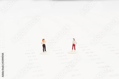 ビジネスを話し合う二人の女性