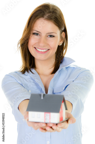 junge frau zeigt modellhaus