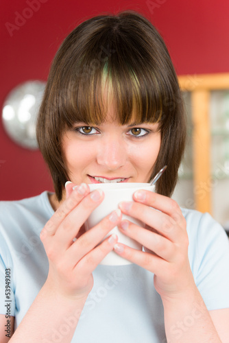 junge frau mit tasse kaffee