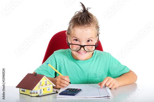 Junge in der Schule errechnet Baufinanzierung