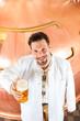 Braumeister mit Bier in einer Brauerei