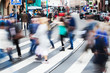 Menschenmassen überqueren eine Straße in Frankfurt