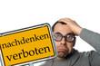 Mann mit Brille und Schild - nachdenken verboten