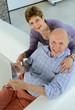 Von Oben fotografiertes Best Ager Paar mit Tablet