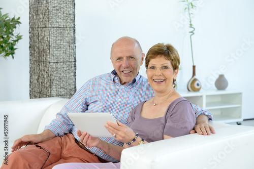 Seniorenpaar Best Ager mit Tablet auf Sofa