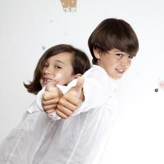Niño y niña con gesto OK 6