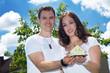 Junges Paar mit Miniatur Haus