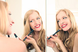 junge Frau trägt Make up auf