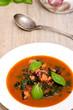 Teller mit Tintenfisch und Basilikum