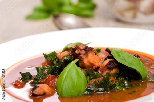 Krake und Basilikum in Tomatensauce