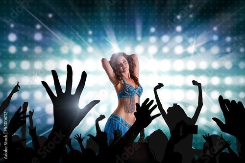 attraktive orientalische Tänzerin vor Publikum