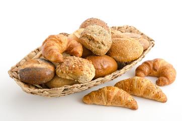 Brötchenkorb mit Brötchen und Croissants