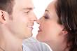 Glückliches junges Paar hat sich gern