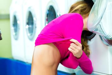 Studentin in einem Waschsalon