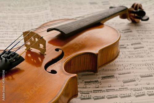 Alte Violine mit Noten
