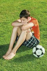 Обиженный подросток, футбольный мяч