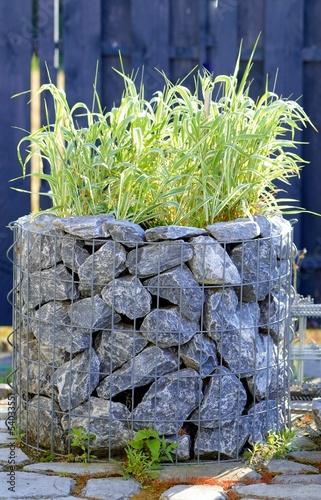 Gabione im Garten mit Felstein