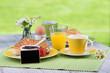 schild steht vor frühstücksgedeck