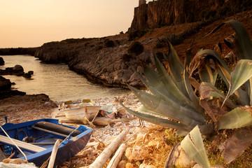 Insenatura costiera con barche al tramonto