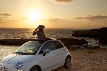 Osservare il tramonto dall'auto