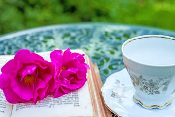 romantischer Kaffeetisch mit Rosen