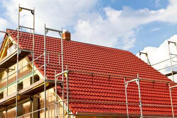 Neues Dach an einem Rohbau