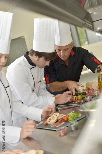 Zespół młodych szefów kuchni przygotowuje dania delikatesowe