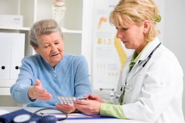 Ärztin verschreibt Medikamente