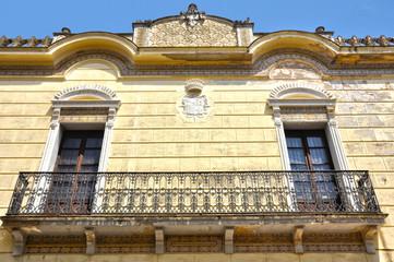 Don Benito, casa señorial con balconada y blasón