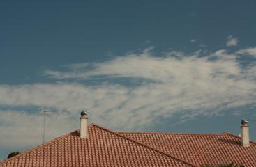 Tetto in tegole con cielo come sfondo