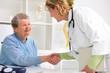Ärztin begrüßt Patientin in der Praxis