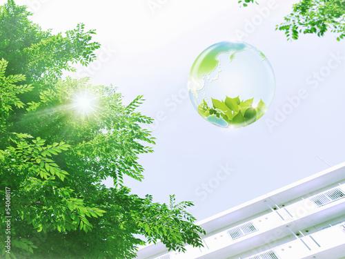 地球エコイメージ 高層住宅と新緑を映す地球