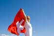 Frau mit Schweizer Flagge