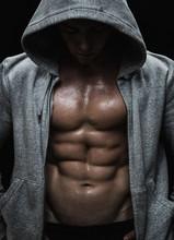Près d'homme musclé de sport après l'entraînement de musculation