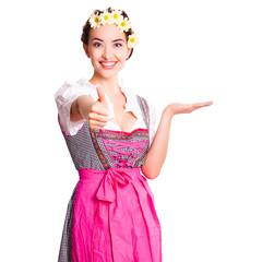 attraktive junge Frau im Dirndl mit Präsentationsgeste
