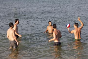 Freunde haben Spass im Wasser