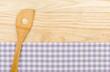 Kochlöffel auf einem violett karierten Tischtuch