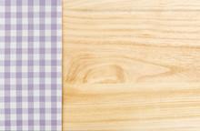 Violett kariertes Tischtuch vor einem Holzhintergrund