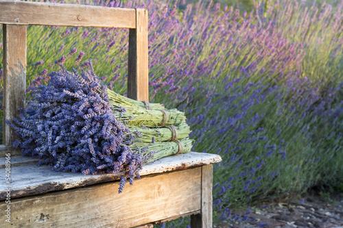 Foto op Plexiglas Lavendel Bouquets on lavenders on a wooden old bench