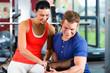 Trainer und Frau im Fitness studio