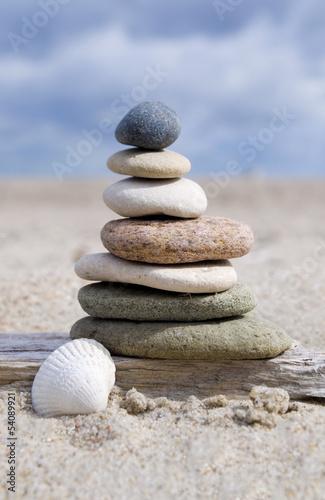 Steinpyramide auf Sand mit Muschel - 54089921